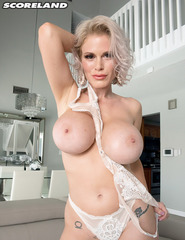 Mature Blonde Getting Naked - 09